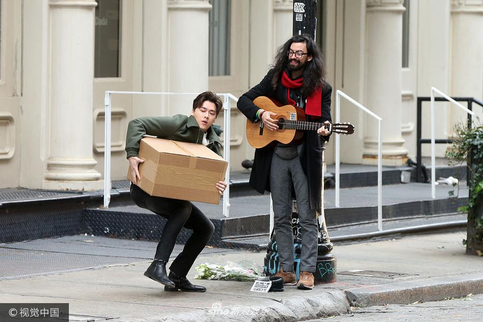 组图 李易峰纽约街头 演奏 纸箱当鼓 大长腿帅到美国吐舌卖萌