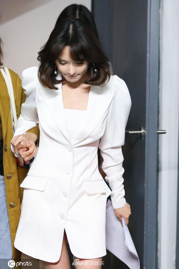 组图:彭小冉营业上班 穿白色套装短裤秀美腿梨涡可爱