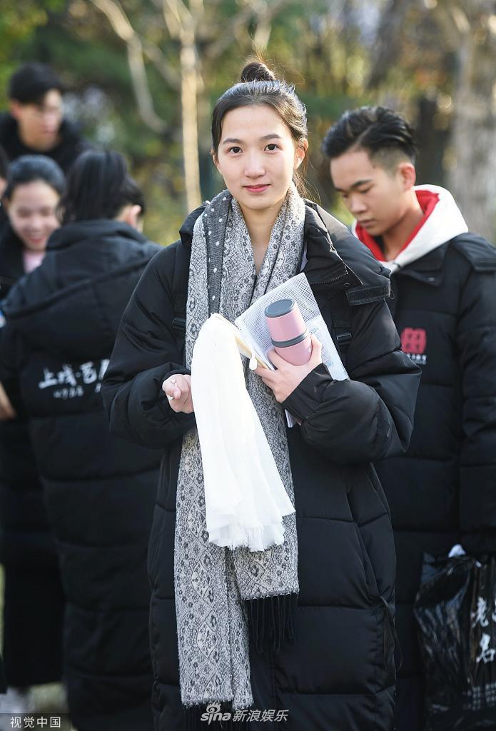 组图:2020浙江高校艺考杭州开考 美女考生现场化妆