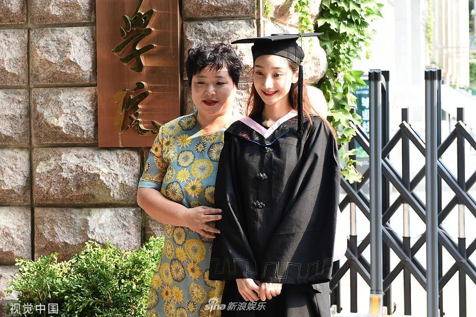 组图:中戏毕业典礼美女云集 穿学士服拍照留念颜值不俗