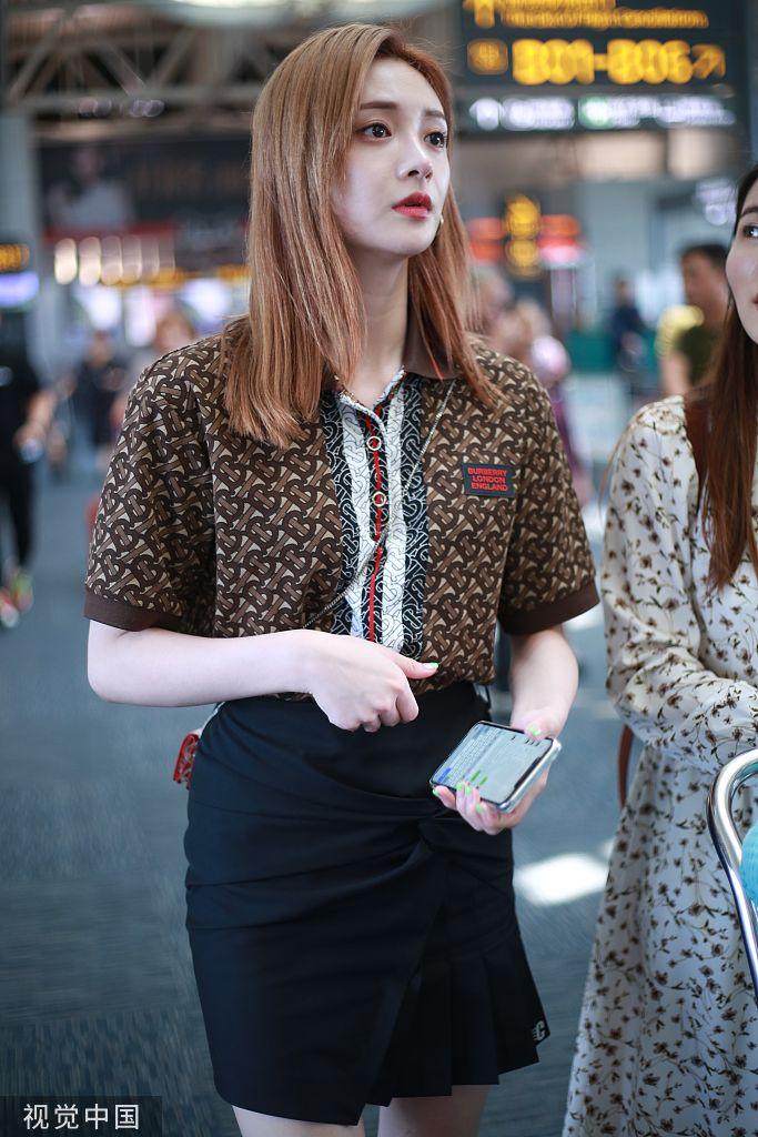 组图 周洁琼浅棕色长直发衬白皙皮肤 穿短裙秀美腿颜值爆表