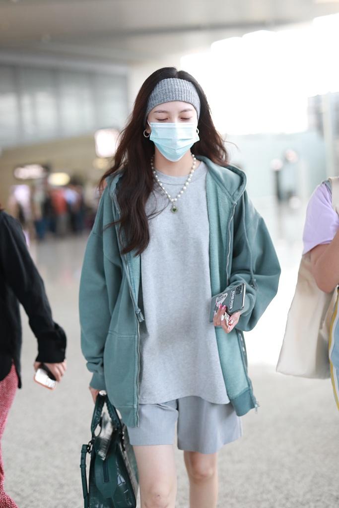 霏现身机场。她清早赶机稍有困