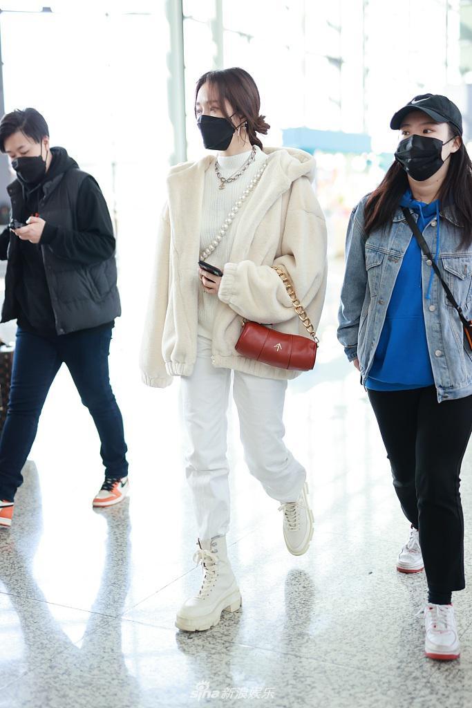 孟佳体现了行走的白色清爽时尚 精致的小包 微笑的眼睛 弯曲和超级温柔