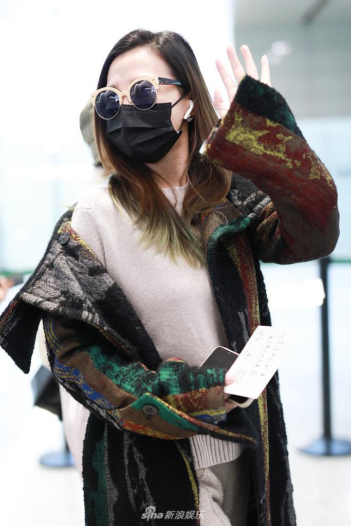 阿朵的外套褪色了一半 表现出懒惰 接受粉丝的礼物 认真学习太多的宠物粉
