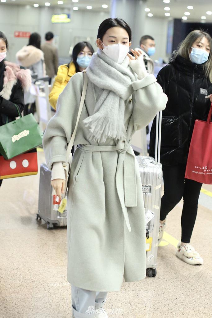 塞布丽娜穿着一件充满高级感的灰色羊毛大衣 戴着一条温暖的围巾 可爱、温暖、清新