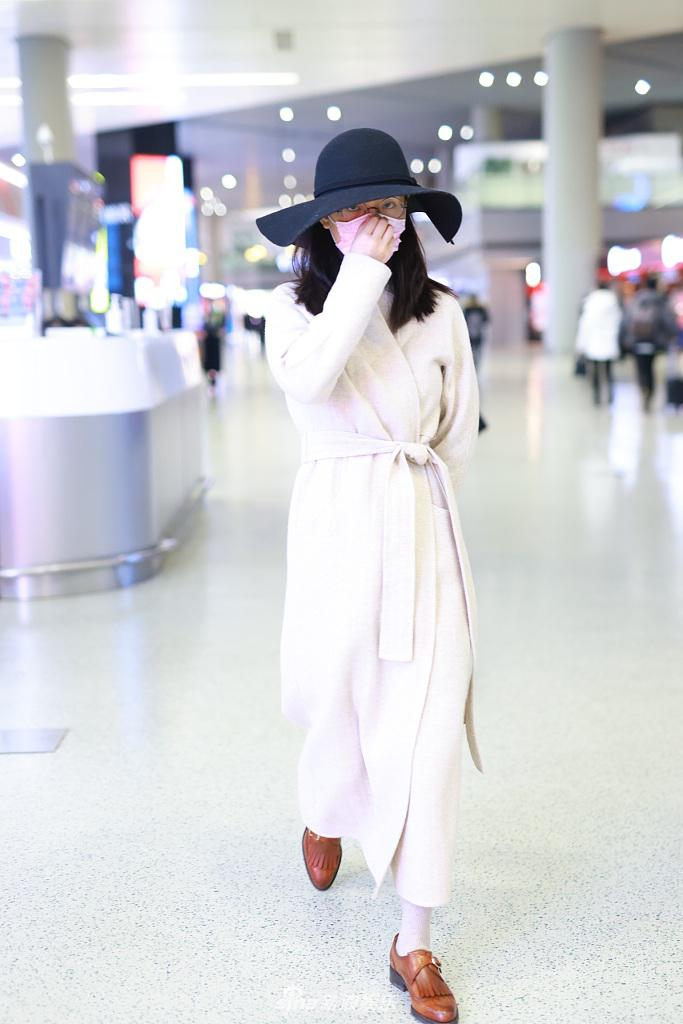 禹治戴帽子 戴圆形眼镜 穿着复古优雅的浴袍外套 拎着包 精致漂亮
