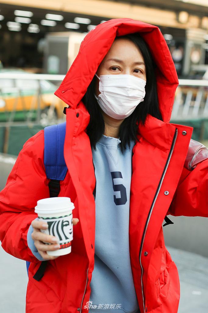 53岁罗永官宣郎姐姐2后出现在机场 穿着红色外套 端着咖啡 舒适宜人