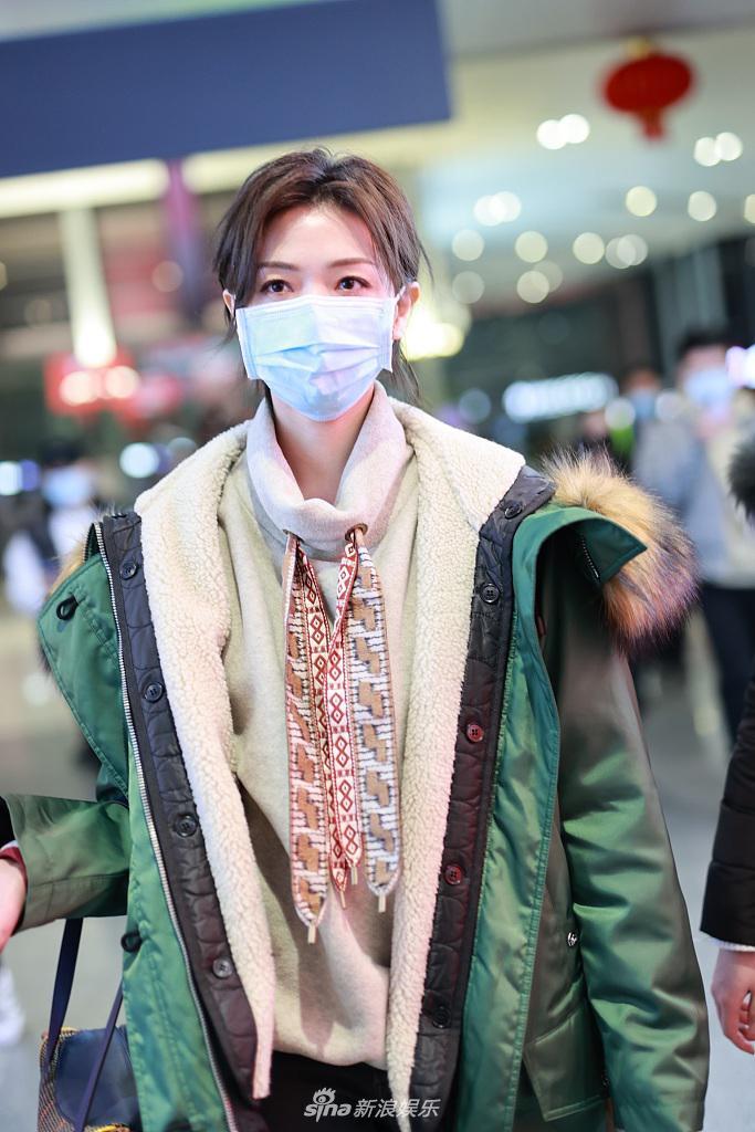 穿着Wanchen绿色羽绒服 系上时尚休闲的两种颜色的防护带 增添时尚感