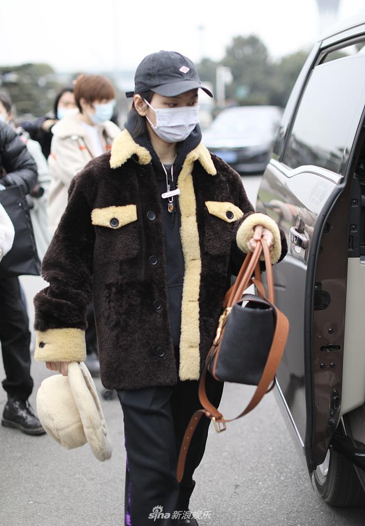 周笔畅一大早就到了长沙 准备《浪姐2》 一路上穿着棉衣 背着大包小包