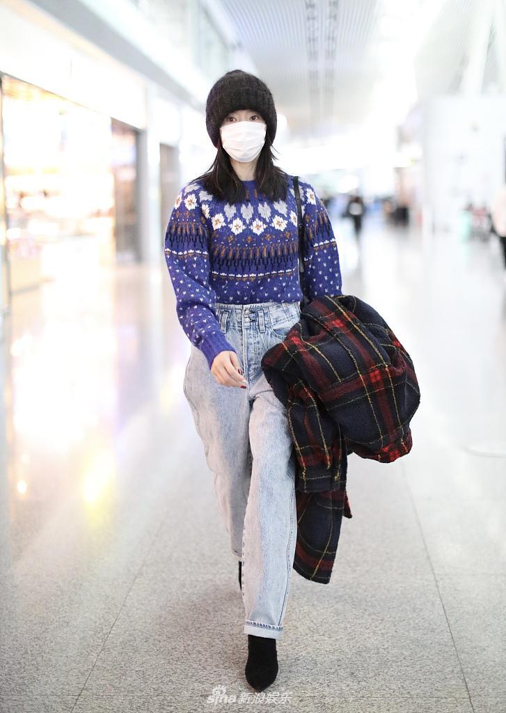 东帝加盟《浪姐2》以后首次登场的毛衣 搭配高腰裤少女感十足