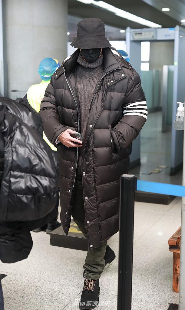 老大哥出街!约翰尼出现在机场 包裹很紧 流星充满了气体