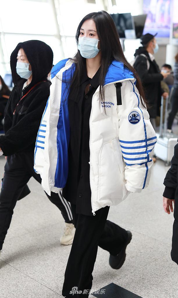 戴蒙德穿着蓝白相间的外套 充满活力 长发披肩 眼神清澈
