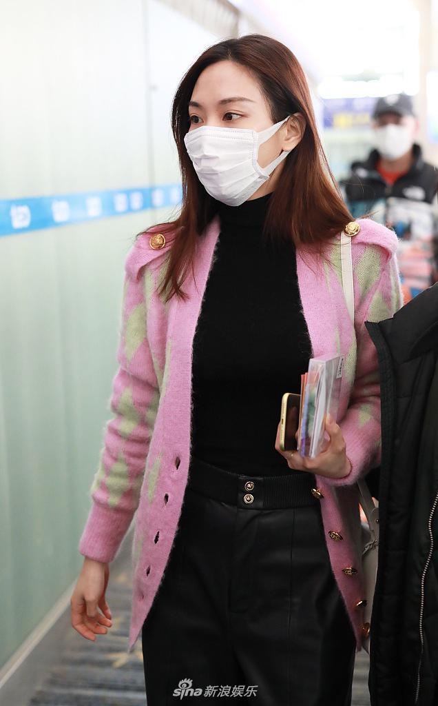 王菲菲穿着一件粉色针织外套 展现出柔和的长发披肩和良好的皮肤状态