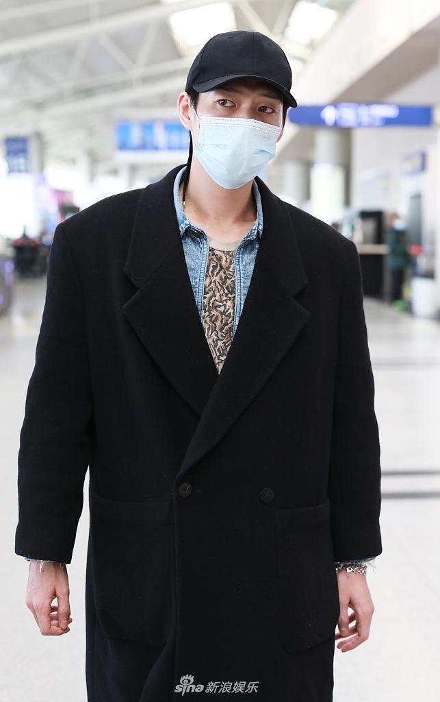 魏大勋穿着黑色长外套 身材修长 豹纹牛仔裤很抢眼