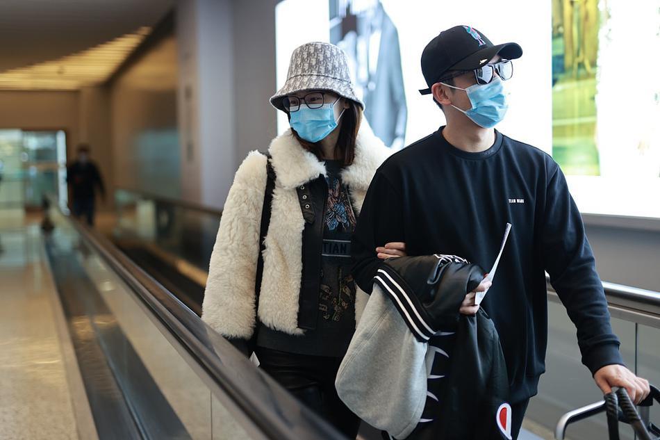 郑恺夫妻罕见合体走机场 苗苗满眼笑意画面太有爱