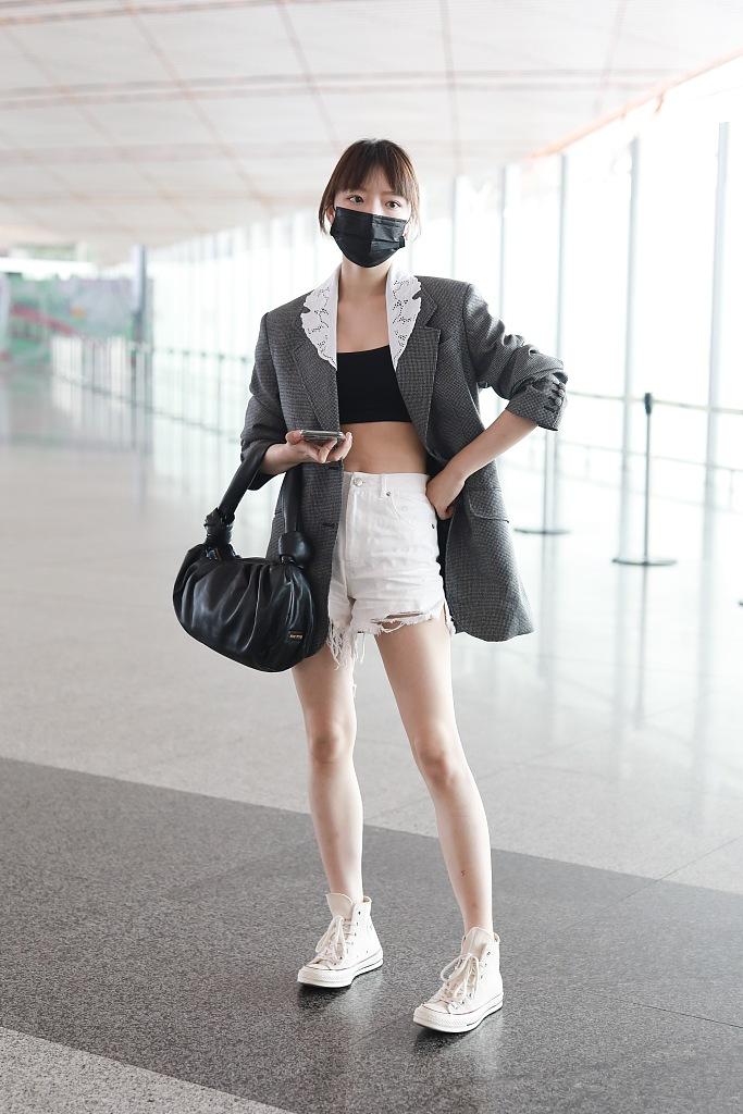 组图:任敏西装搭配热裤秀长腿 眉清目秀气质可盐可甜