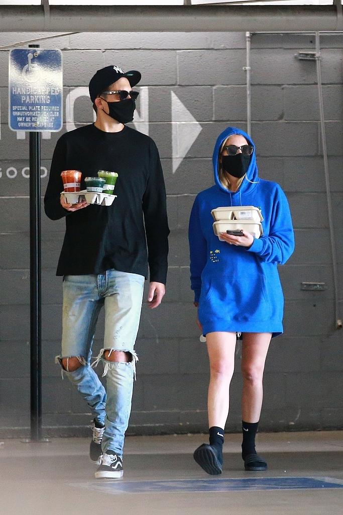 组图:艾什莉·本森穿卫衣秀长腿 与男友同框变最萌身高差
