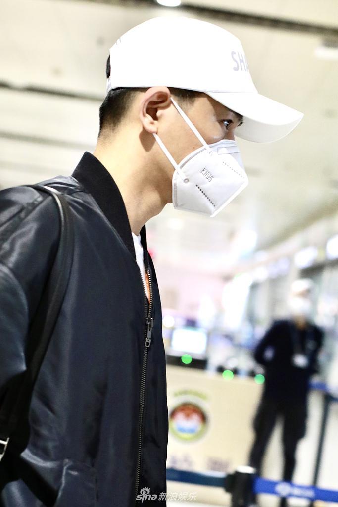 组图:乔振宇戴棒球帽穿黑夹克衫现身 单肩背包似校草帅气有型