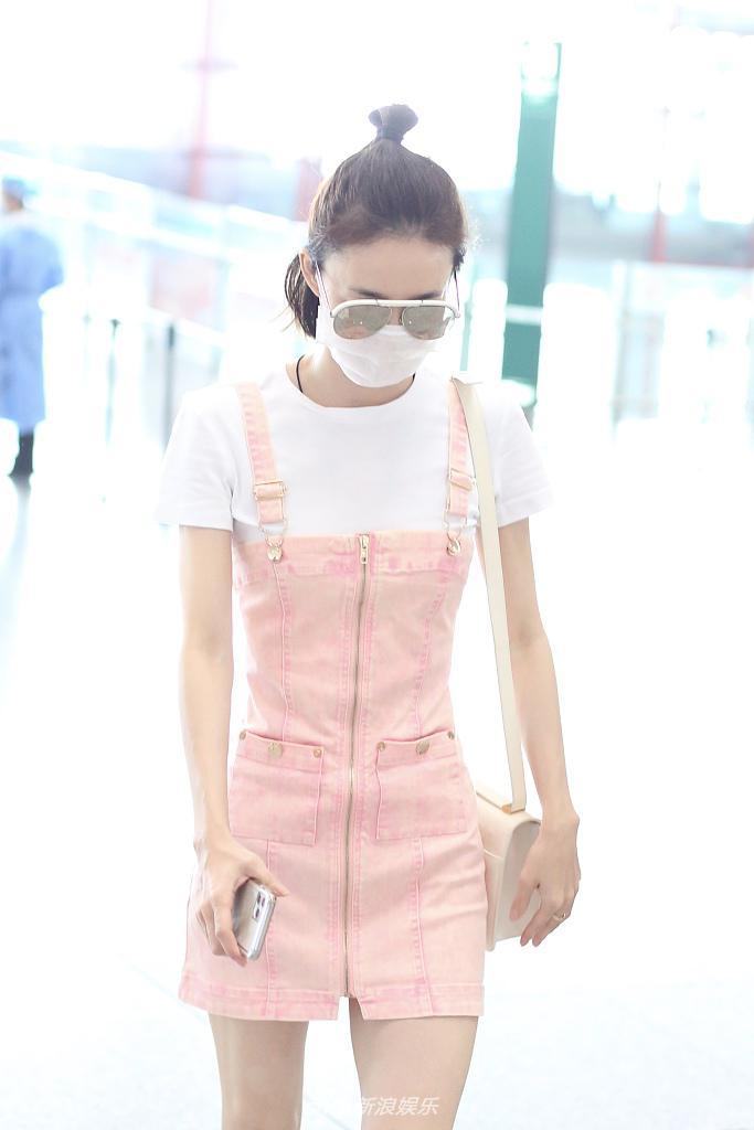 组图:少女坤!王丽坤扎丸子头美腿纤细 穿嫩粉色背带裤元气满满