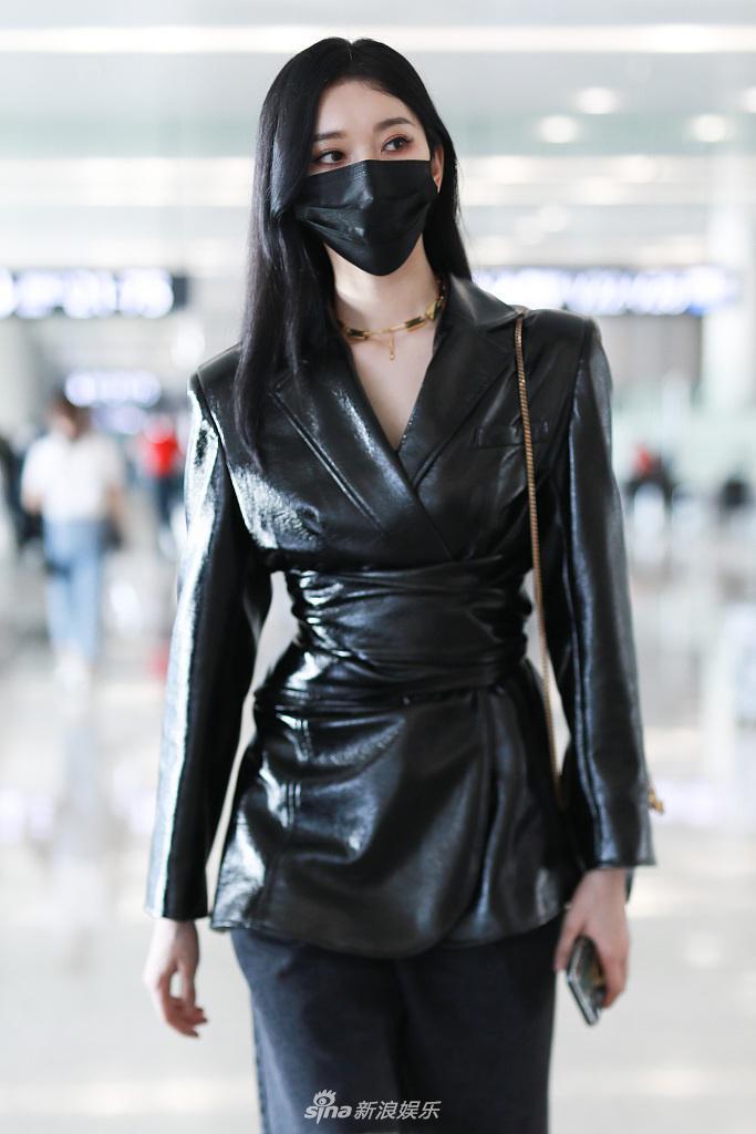 组图:刘令姿穿束腰皮衣性感撩人 长发披肩走路带风超模范儿十足