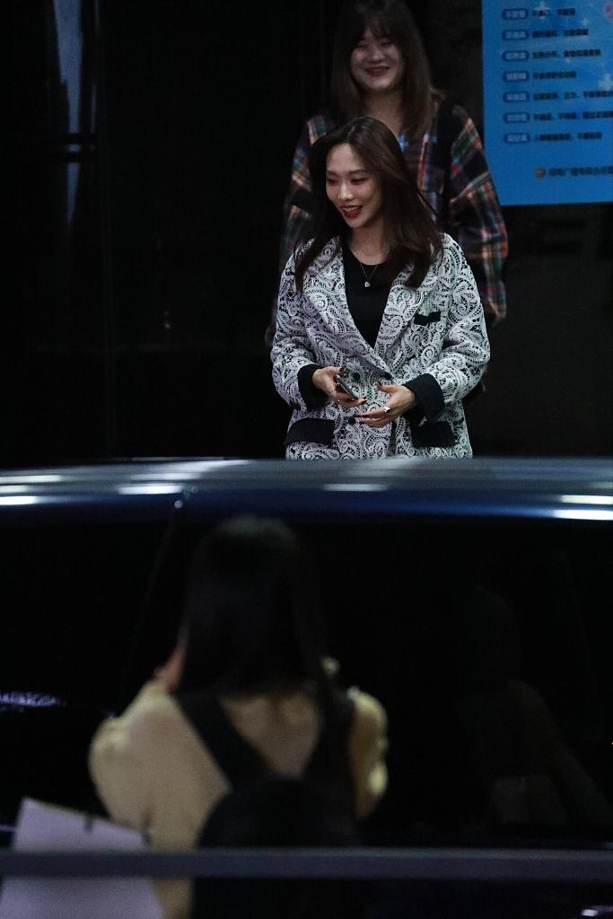组图:王霏霏录制《天天向上》造型时髦 见粉丝开心挥手可可爱爱