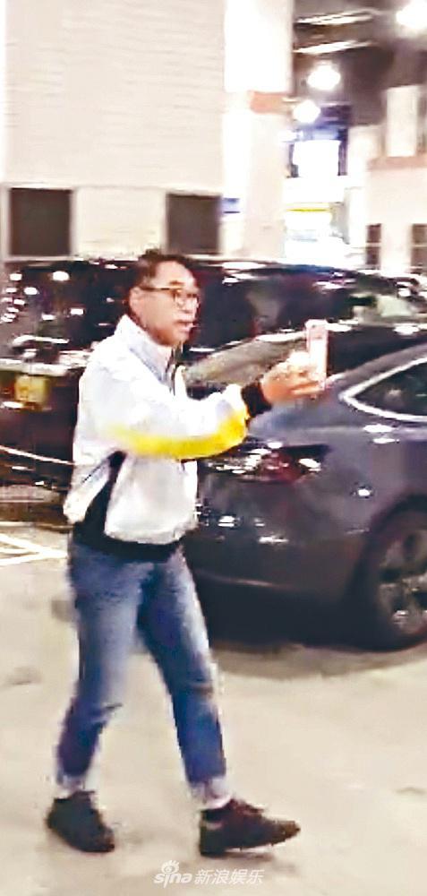 组图:59岁戴志伟被曝牵手女同事后亮相 直指记者当街Battle