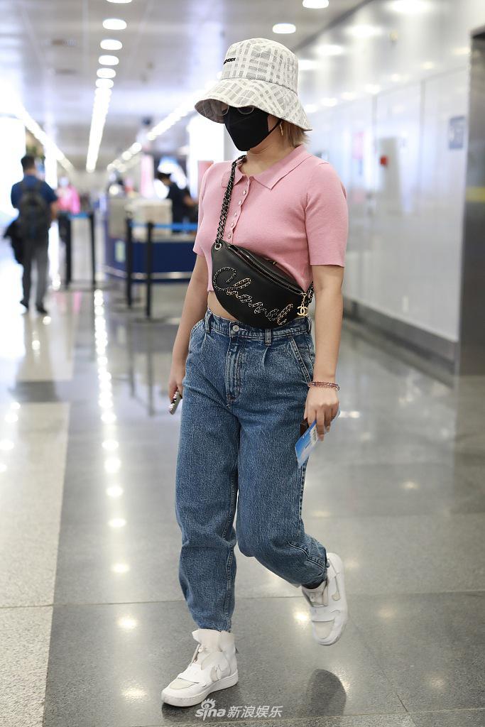 组图:王菊戴渔夫帽遮脸超神秘 穿粉色短上衣秀纤腰长腿