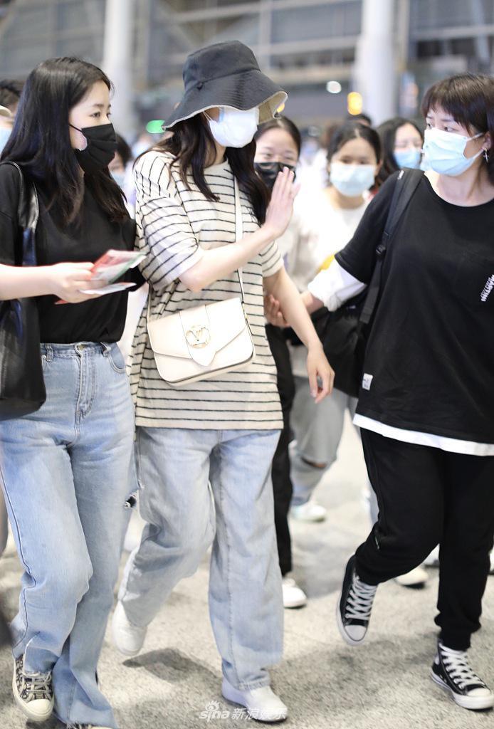 """组图:热巴被男粉求婚后亮相机场 穿""""家居服""""表情懵懵清纯可爱"""