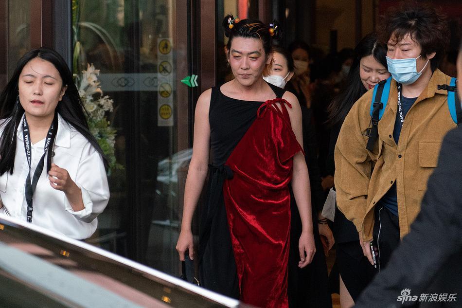 组图:姜思达穿裙子走红毯 郝蕾笑意盈盈黄轩井柏然帅气