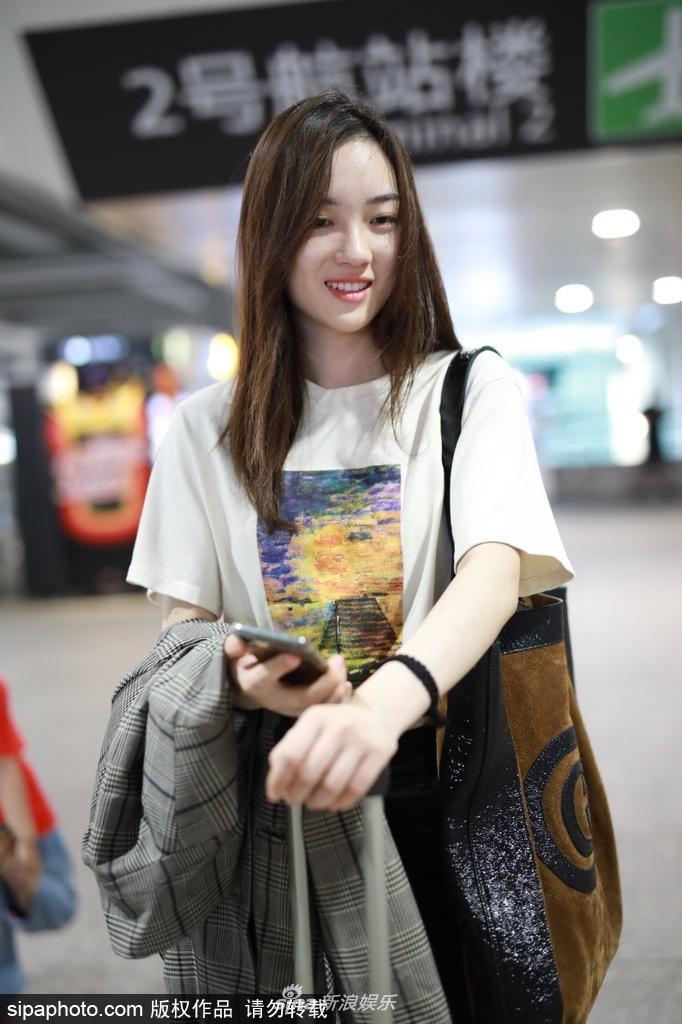 组图 前SNH48成员赵嘉敏现身机场 青春靓丽少女感十足