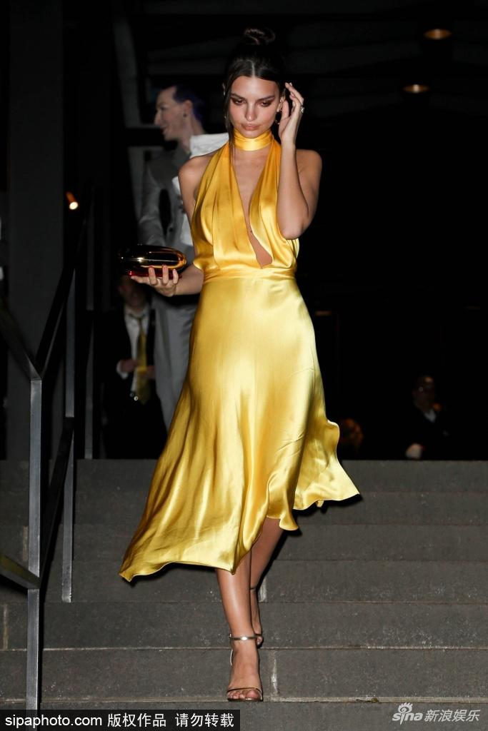 组图:超模艾米丽着深v裙不时撩发面无表情低头迈步气质迷人