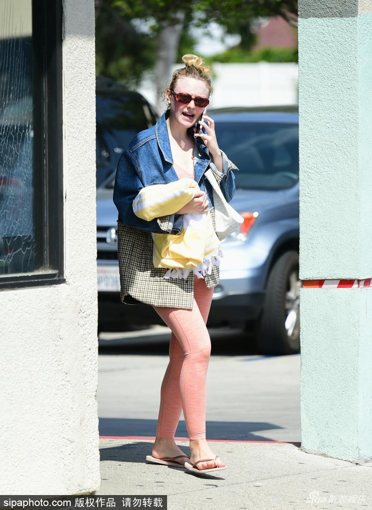 达科塔・范宁健身后现身街头穿粉色紧身裤配凉鞋穿搭清奇