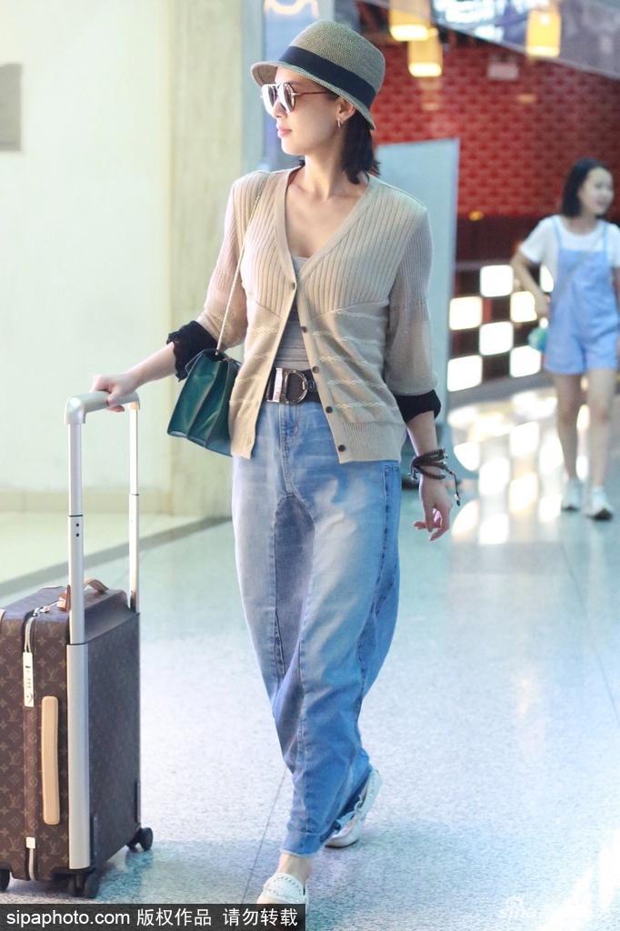 黄圣依牛仔长裙靓丽现身机场 嘴角上扬心情好