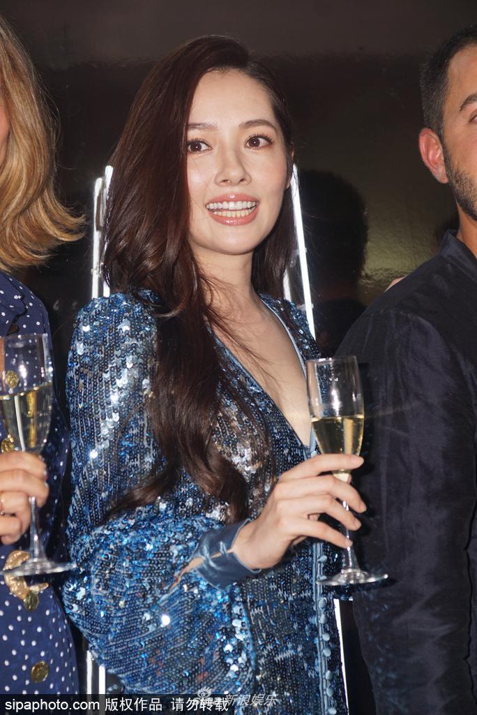 郭碧婷发福脸圆双下巴明显 深v裙长卷发举香槟畅饮