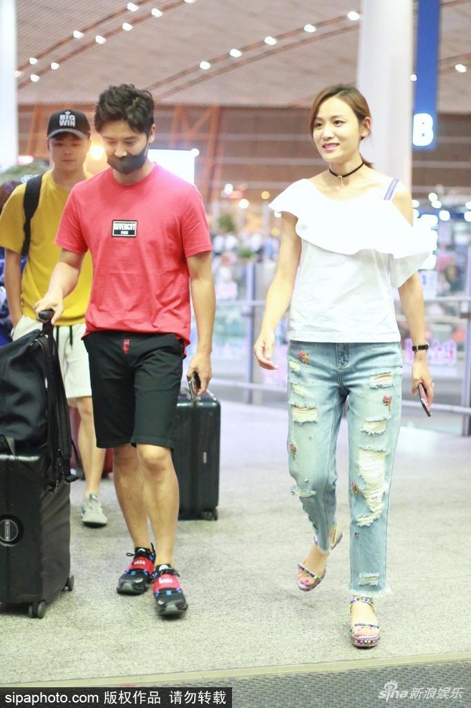 田亮和叶一茜甜蜜挽手现身机场 有说有笑大撒狗粮