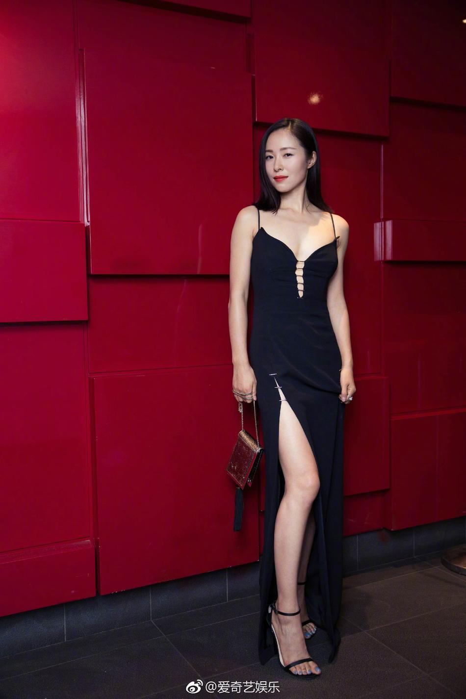 裙黑�_江一燕出席多伦多国际电影节 一袭黑裙性感魅惑冷艳