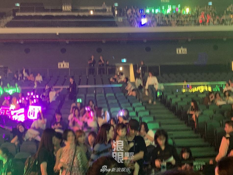 张丹峰洪欣合体现身 观看乐华十周年家族演唱会