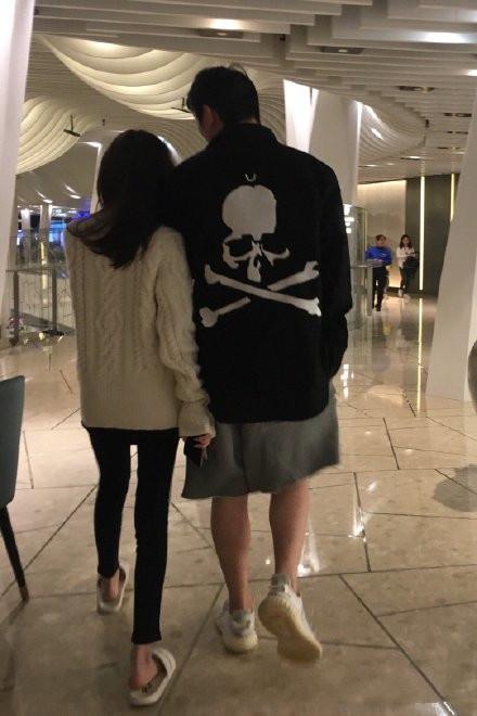 组图:王思聪与新女友并肩逛街被偶遇女方被赞瘦瘦小小腿很细