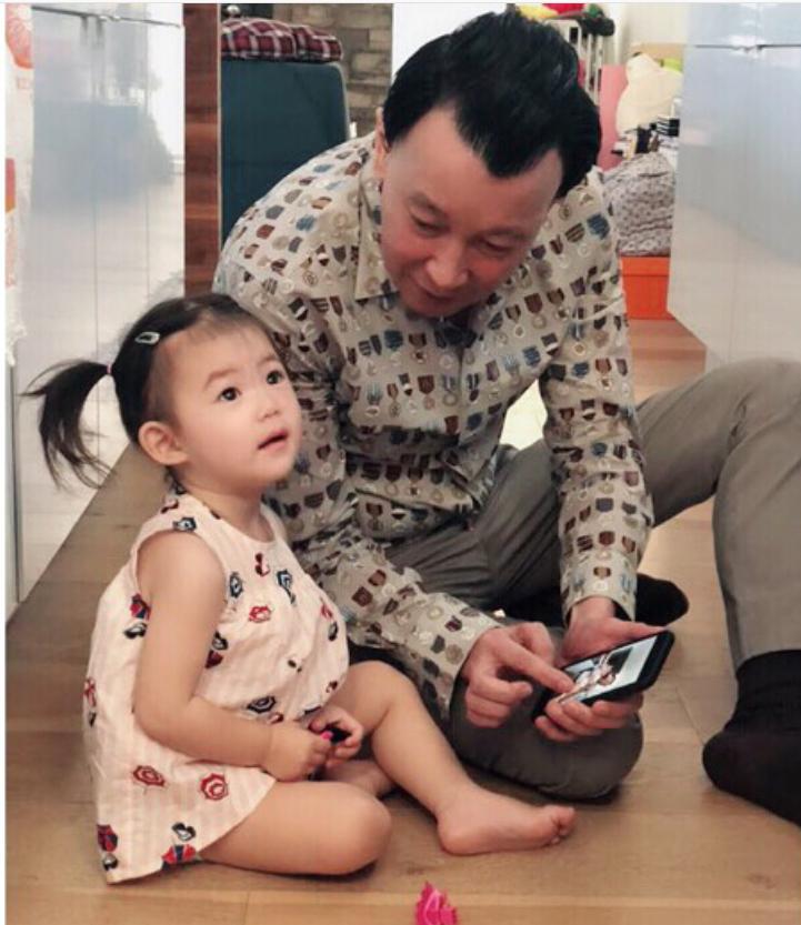 陈冠希女儿Alaia与爷爷有爱合照 萌萌大眼睛可爱有灵气