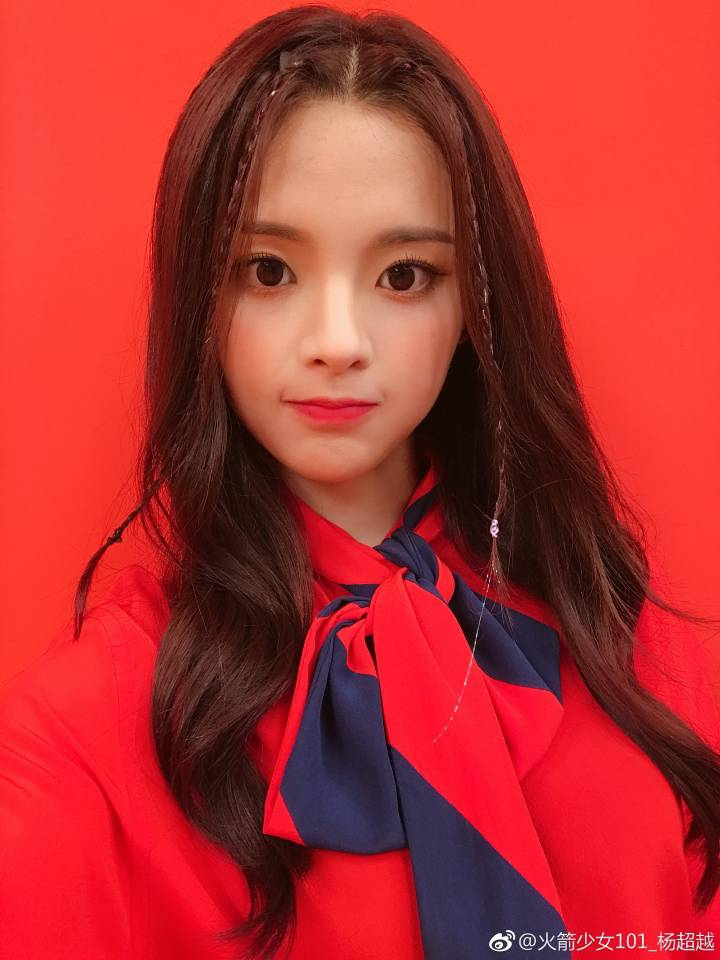 杨超越红衬衫配格子裙俏皮可爱 对镜头比心精致似娃娃