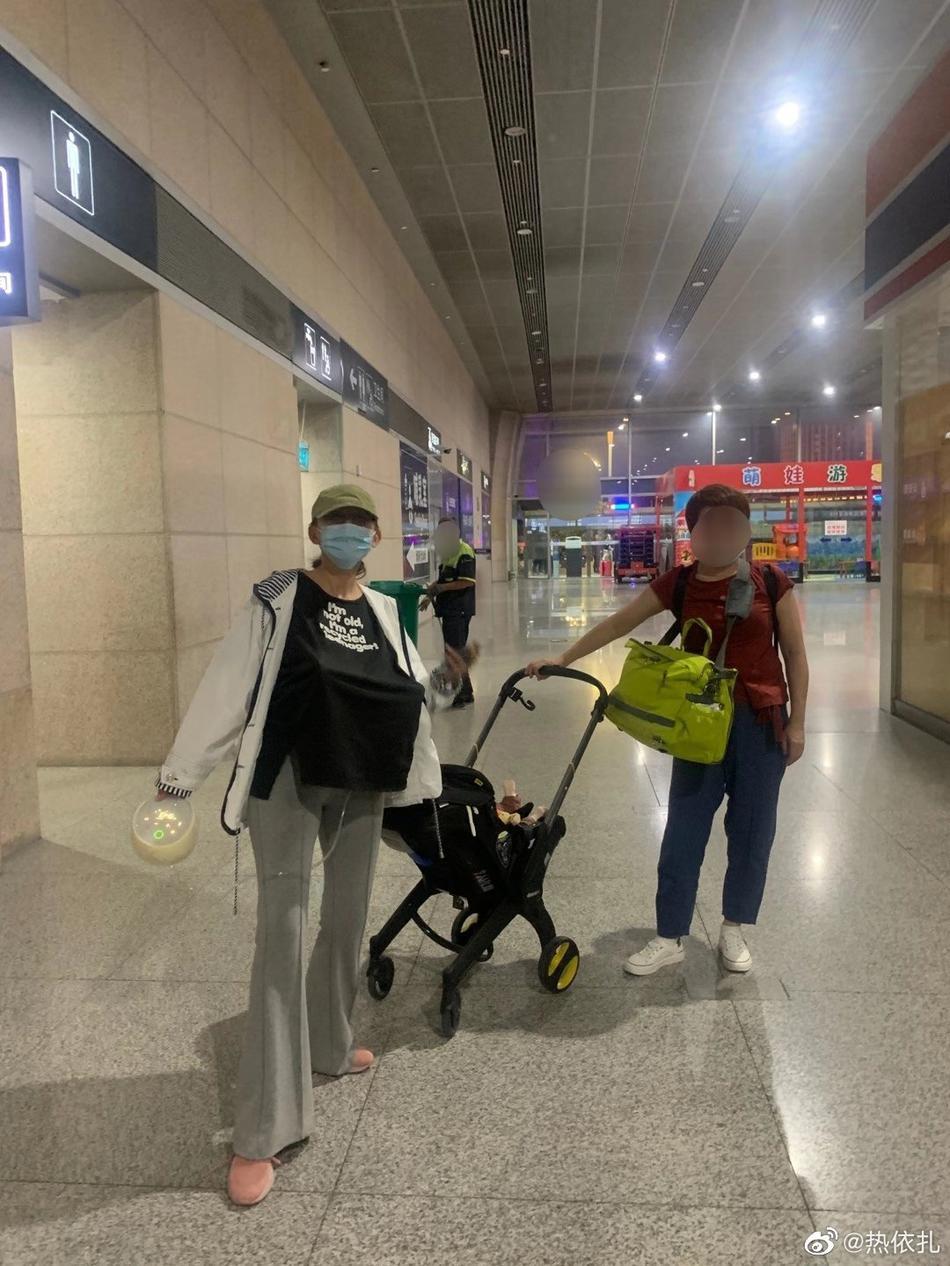 组图:热依扎晒宝妈日常 在剧组和火车站背奶辛苦又幸福