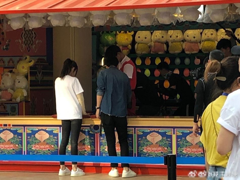组图:网友欢乐谷偶遇迪丽热巴录节目 高马尾黑白休闲装清爽十足