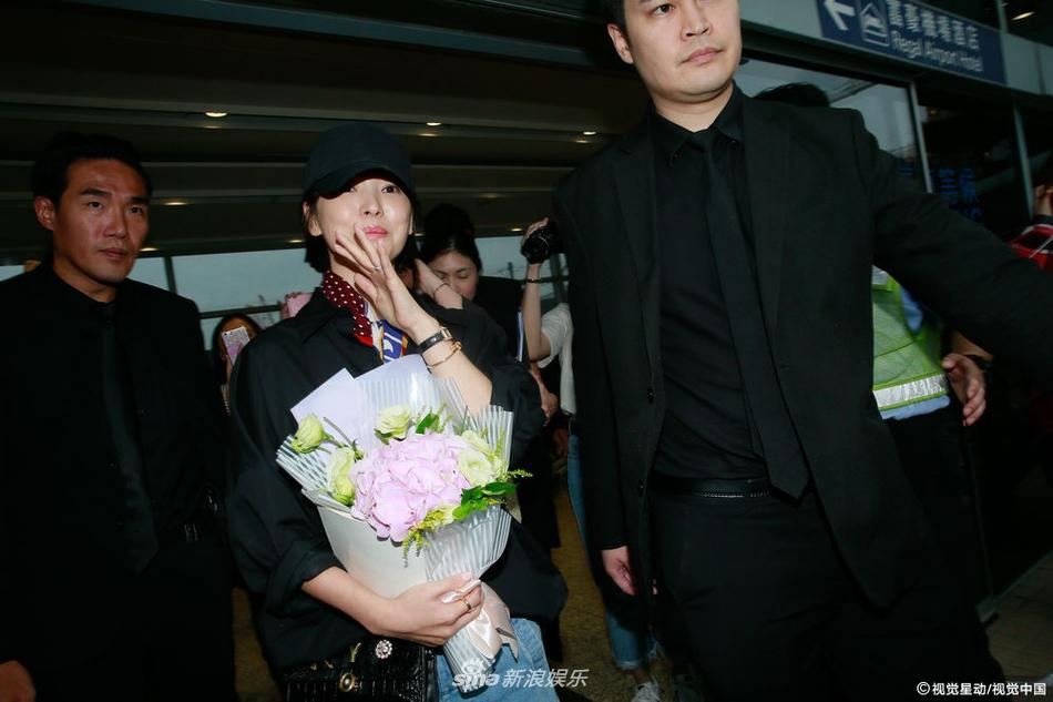 宋慧乔抵达香港出席活动 挥手甜笑牛奶肌惹人羡