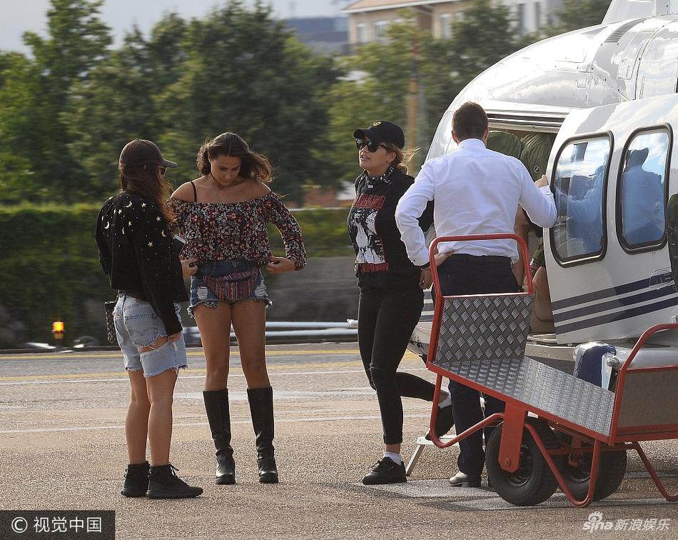 瑞塔-奥拉现身机场 被闺蜜露香肩长腿抢风头