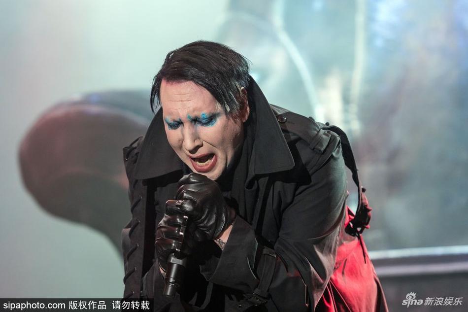 玛丽莲-曼森献唱金属音乐节 浓妆造型诡异另类图片