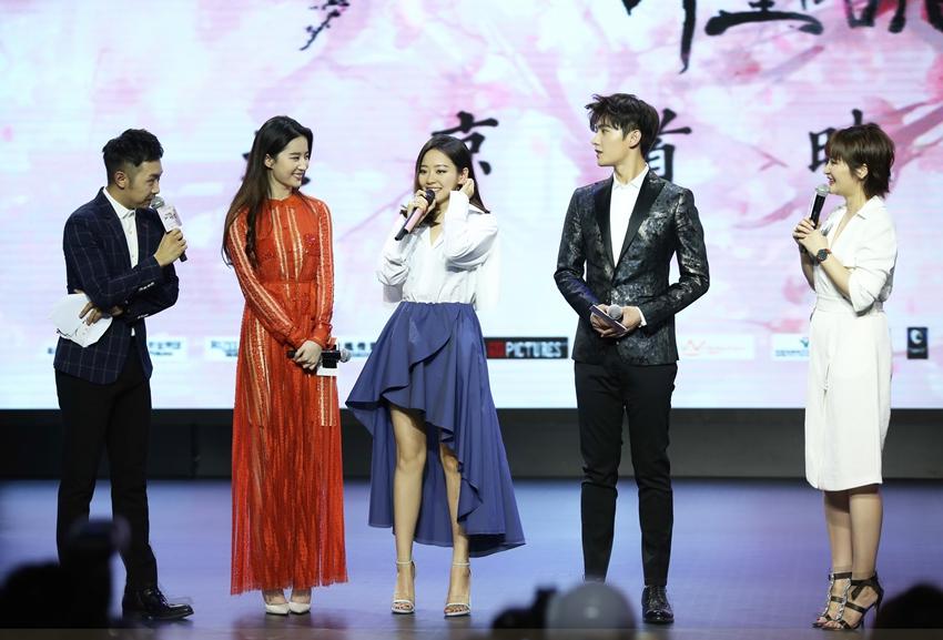 张靓颖也到场为闺蜜刘亦菲助阵.一上台,刘亦菲和张靓颖这对多年图片