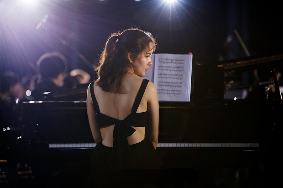 闭幕篇-美女钢琴家
