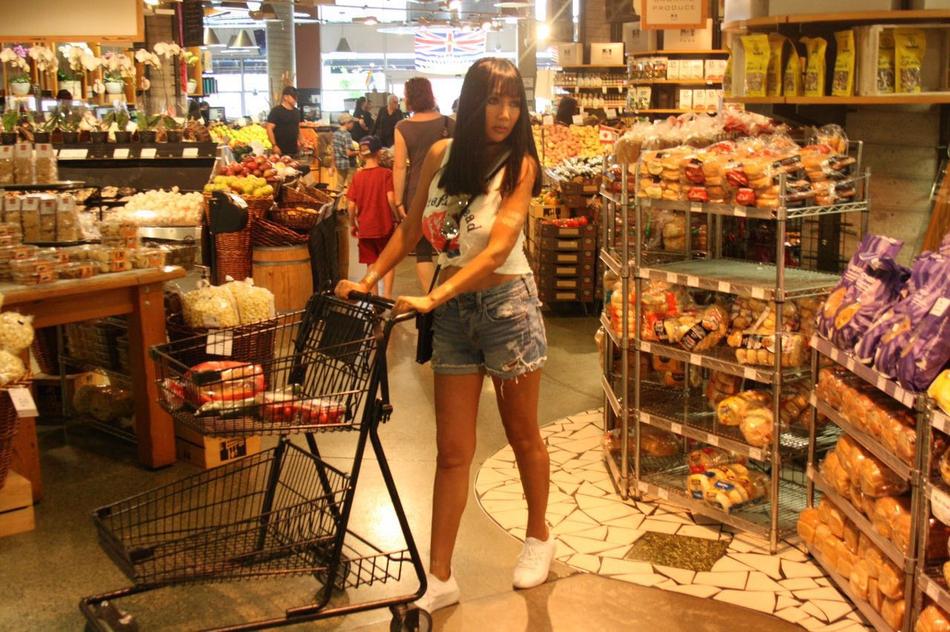 张咪超市购物照曝光 吊带配短裤变全能主妇