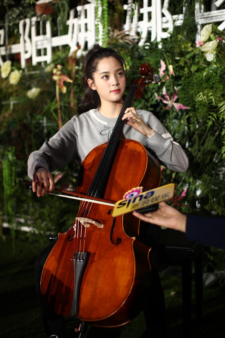欧阳娜娜挑战大提琴演奏流行歌曲