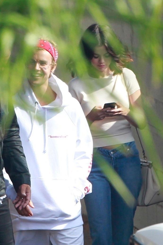 ( Justin Bieber)与昔日恋人赛琳娜相约吃早饭被拍后,独自徒步